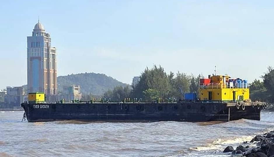 Tongkang tersadai di Tanjung Lipat jadi 'tarikan' ramai
